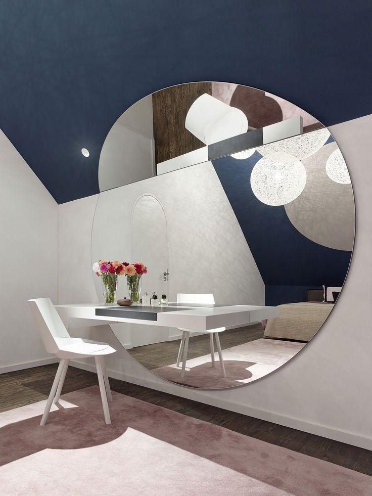 esempio di specchio troppo grande per la camera da letto.