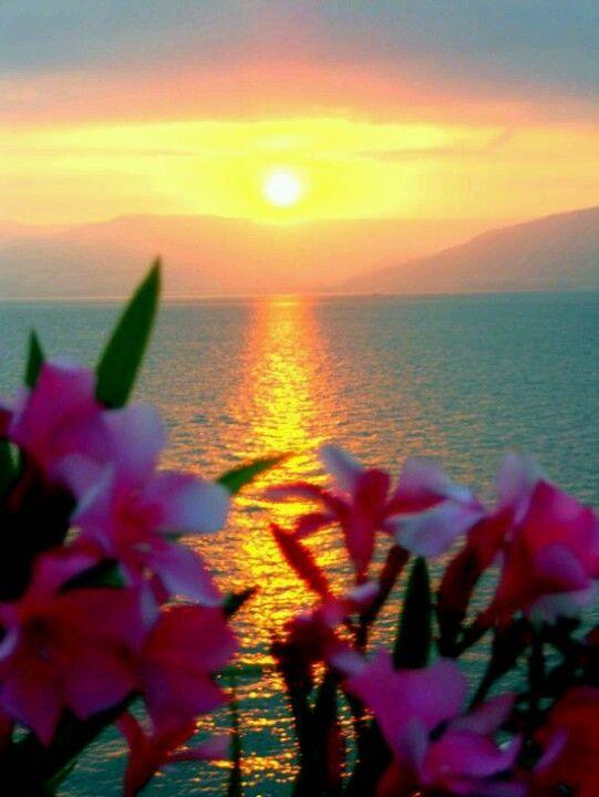 Impresionante puesta de sol en el mar de Galilea.