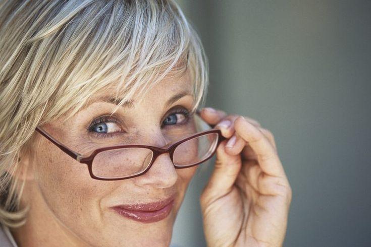 Los mejores lentes bifocales de lectura. Si tienes 40 años de edad o más, puede que tengas dificultades con la visión a primer plano. Este es un fenómeno natural que ocurre en gente madura. El nombre médico para esto es presbicia, y la condición es causada por el engrosamiento y reducción de ...