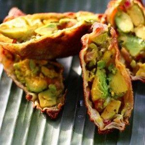 Яичный ролл с авокадо и зеленью