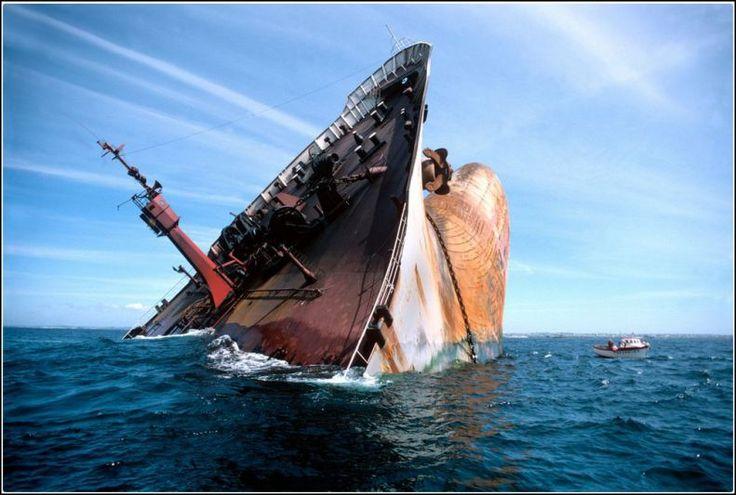 Le 16 mars 1978, 220.000 tonnes de pétrole brut s'étaient déversées sur les côtes bretonnes à la suite du naufrage. A 22 h, l'Amoco Cadiz, qui achemine vers Rotterdam du pétrole brut, s'échoue sur les rochers de Portsall (29). En quinze jours, les 227.000 tonnes vomies par l'Amoco souillent 340 kilomètres de littoral jusqu'en baie de Saint-Brieuc. Sept mille bénévoles et autant de militaires vont nettoyer rochers et plages durant des semaines. Bruno Barbey/Magnum Photos