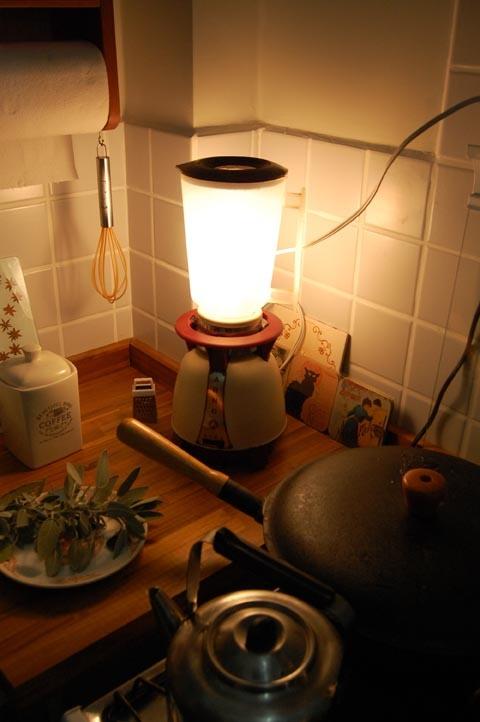 Liquidificador antigo, marca Arno, transformado em luminária. Ficou um charme na cozinha. :)