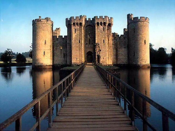 Bodiam Gate - El Castillo de Bodiam es una fortaleza cuadrangular localizada cerca de Robertsbridge, en Sussex Oriental, Inglaterra. Se dice que es un ejemplo perfecto de los últimos castillos medievales con foso.  Fue construido en 1385 por Sir Edward Dallyngrigge, un antiguo caballero de Eduardo III, supuestamente a petición de Ricardo II, a fin de defender los alrededores de la invasión francesa.