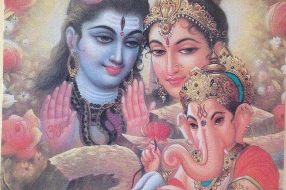 """Indisk postkort med """"God Ganesha being blessed by his parents God Shiva and Goddes"""" fra Indica Cards. Fotograf: Susanne Randers"""
