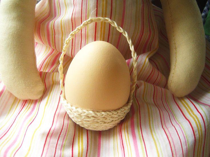 <p>Podpowiadamy jak wykonać uroczą dekorację wielkanocną ze sznurka. Ten maleńki koszyczek to oryginalna podstawka na jajko do święconki lub jako alternatywa dla kieliszka do jajek na wielkanocnym stole. Sprawdź jak krok po kroku stworzyć mini koszyczek na pisankę.</p>