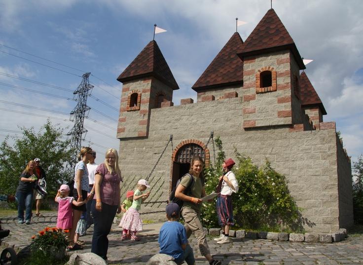 Peukkulan linnassa saa leikkiä ja toisinaan täällä myös näytellään. /The cosy castle in Peukkula. Feel free to play. #TravelFinland #Themepark #Jyvaskyla