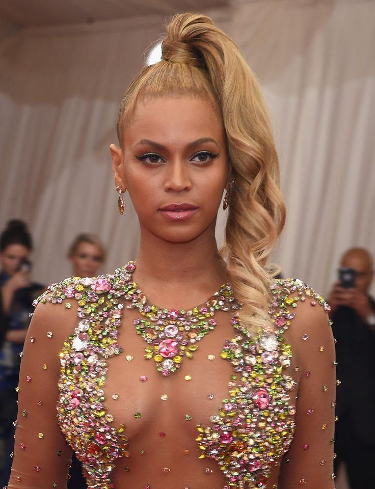 Beyoncé ha raccolto i suoi lunghi capelli biondi in una coda da appoggiare in cima alla testa e far ricadere in morbidi boccoli solo su un lato. Un'acconciatura leggermente impegnativa.  -cosmopolitan.it