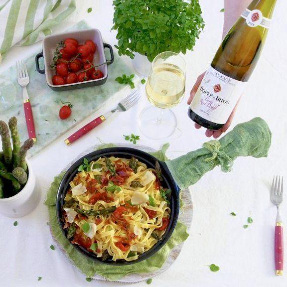 Parsapastaa ja lasi viiniä  Oi ihana kevät! #kevät #kevätruokaa #helppo #parsa #parsapasta #ruoka #valkoviini #puhuviiniä #viinilasintakana #juhlanaika #ruokakuva #kaupallinenyhteistyö #peggynpienipunainenkeittio #inmykitchen #homemade #spring #food #foodie #asparagus #pasta #whitewine #wine #feedyoursoull #lovefood #feedfeed #foodstagram #foodstyling  #f52grams #foodphotography