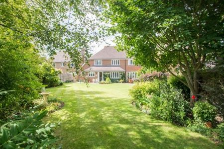 5 bedroom detached house in Maidstone set within extensive beautiful rear gardens. On the market at £680,000. Call 01622 739574 to view the homely interiors and the grand grounds of this property.