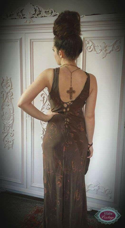 Della collezione vintage creata con Cristina Gambi una decina d'anni fa, ho tenuto per me questo vestito di seta che mi piaceva particolarmente.  Avevo decorato la stoffa con un batik leggero, appena un po' abbozzato: solo qualche scarabocchio di rosa e con questa stoffa, Cristina Cambi ha creato questo abito lungo ed elegante. Anche l'abito lungo è senza tempo, come il batik.