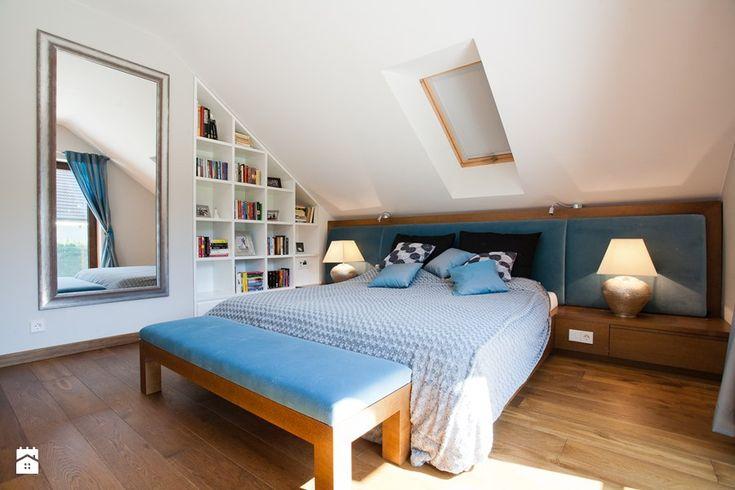 Duża sypialnia małżeńska na poddaszu z balkonem / tarasem, styl nowoczesny - zdjęcie od ARCHISSIMA