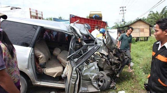 Medan Online  - Mobil Kijang Grand BK 253 S  bertabrakan dengan truk tronton BK 8569 CF di KM 18-20 Desa Pertampilen Pancurbatu, Kabupate...