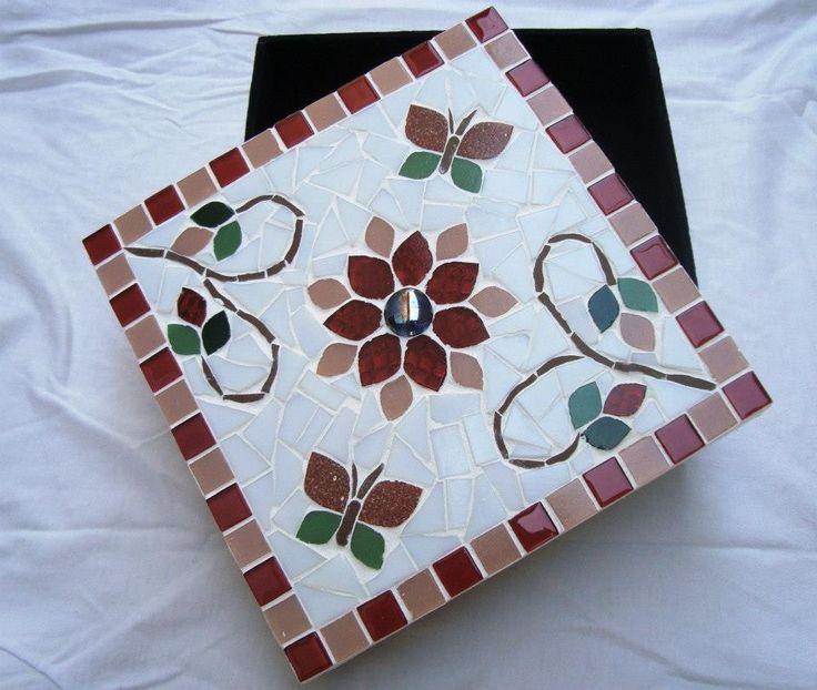 Caixa de MDF trabalhada em mosaico com flores.