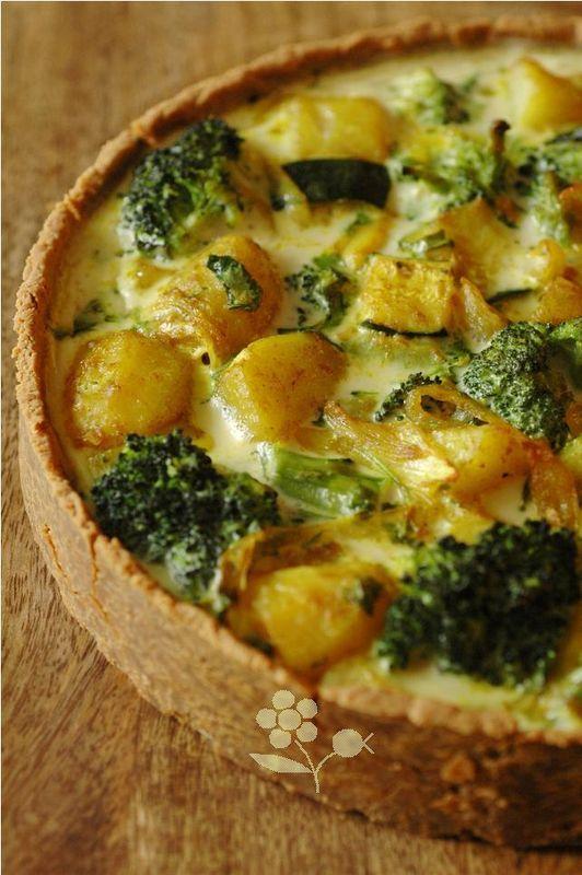 TARTE LEGUMES / CURRY (pâte à la farine de soja) - (garniture : courgette, pommes de terre, brocoli, oignon, gingembre, huile d'olive, oeufs, lait de coco, curry, coriandre, sésame)