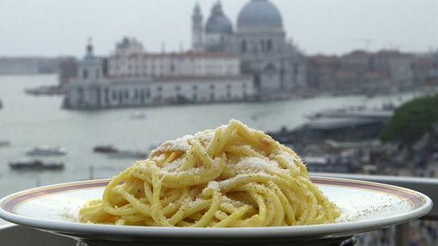 Spaghetti Danieli er en skøn italiensk pastaret med skinke, parmesan og æggeblommer. Brødrene Price lavede opskriften Hotel Danieli i Venedig.