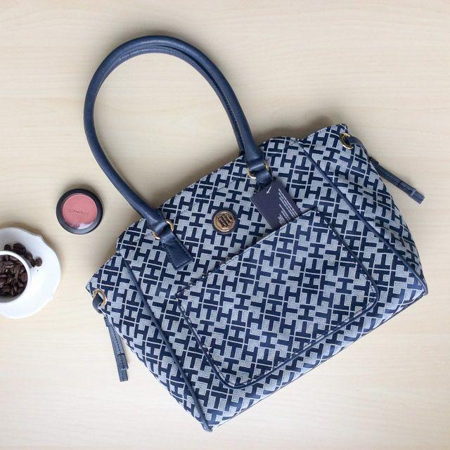 Tommy Hilfiger 6922312471 - 237₺ Çivit Mavi tonlarında elde taşınabilir klipsli Satchel çanta. Kumaştır, Normal boyuttadır. Sipariş için Arayabilir, SMS veya E-Posta yollayabilirsiniz.