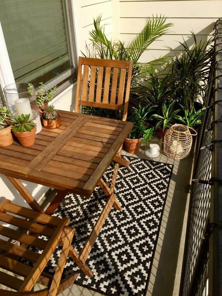 Succulents, tropical plants, small balcony decor ideas. Lanterns, string lights, al fresco dining on hot summer nights. Balcony ideas.