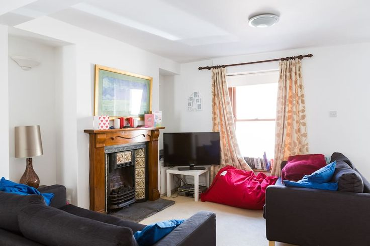 House in Swansea, United Kingdom. Two bed cottage in centre of Mumbles.  Walking distance to a number of sea fronts, beaches, parks and coastal cycle path. Within centre of mumbles and it's boutique shops, restaurants and pubs/bars.  Close to surfing, mountain biking and hiking ar...