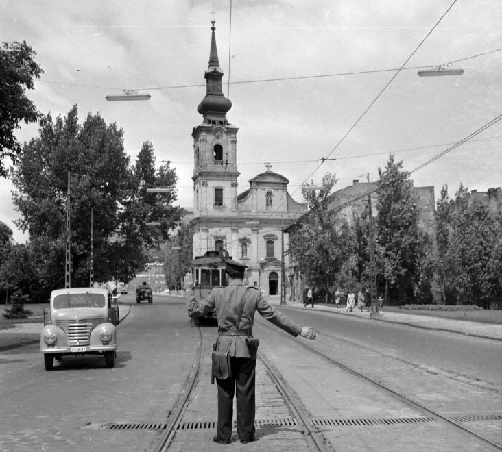 Attila út, szemben az Alexandriai Szent Katalin-plébániatemplom. A kép forrását kérjük így adja meg: Fortepan / Budapest Főváros Levéltára. Levéltári jelzet: HU.BFL.XV.19.c.10