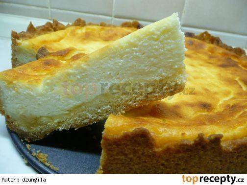Lehký tvarohový koláč: Těsto: 1 čtvrtlitrový hrnek polohrubé mouky 2 lžíce moučkového cukru 1/2 prášku do pečiva 125 g Hery 1 vejce  Náplň ( hrnky opět čtvrtlitrové ): 2 měkké tvarohy v alobalu 1 hrnek mléka 1/4 hrnku oleje 1/4 hrnku moučkového cukru 1 vanilkový cukr 1 vanilkový puding 1 vejce  meruňková marmeláda