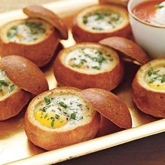 Быстрый и полезный завтрак можно приготовить из булочки, яйца, сливок и зелени.