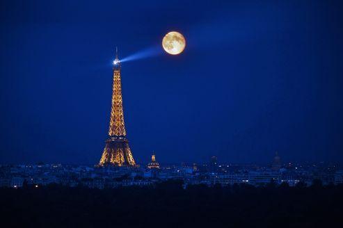 Le Tour Eiffel et la pleine lune.