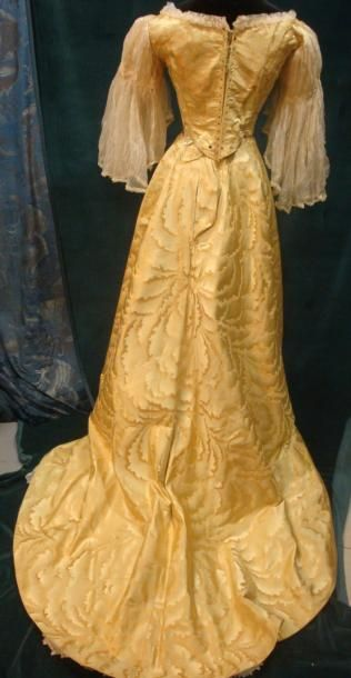 WORTH, 1890 in Lyon silk. Lampas shaped lemon yellow decor waves and foam inspired by Japanese prints. Bodice laced in the back, ¾ sleeves.