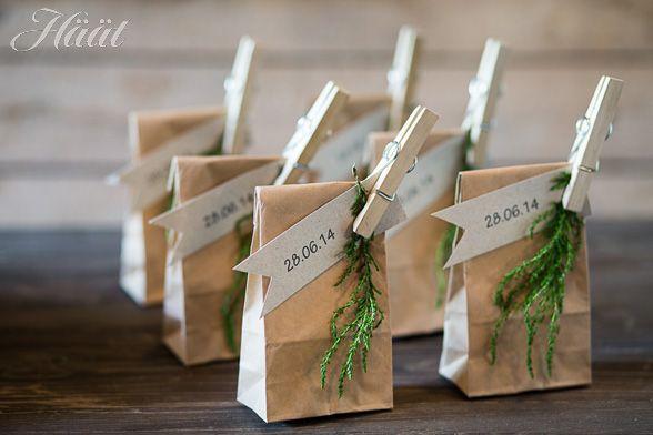 vieraslahja paketoituu helposti tyylikkääseen paperipussiin. Tee itse rustiikkiset vieraslahjat. Via  http://www.haat.fi/aiheet/suunnittelu/tee-itse-rustiikkiset-vieraslahjat