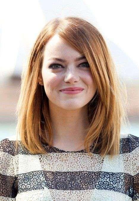 Long bob per visi rotondi come quello di Emma Stone - Long bob liscio con riga laterale bassa come quello di Emma Stone, tra i tagli di capelli per viso tondo.