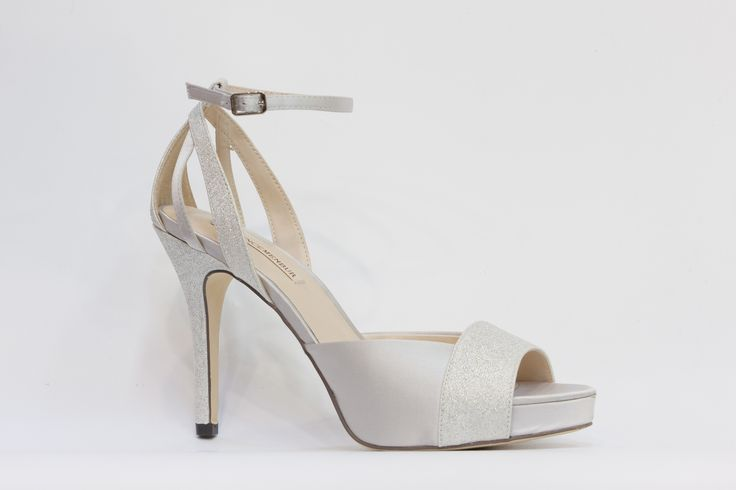 společenská večerní obuv, lodička s otevřenou špičkou a páskem okolo kotníku, v barvě stříbrné, svršek látka, podpatek 7,5 cm, skrytá platforma 1,5 cm, k dostání ve Střevíce a více,