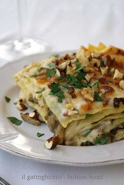 Primo piatto: lasagne saporite ai funghi porcini con scamorza affumicata e noci