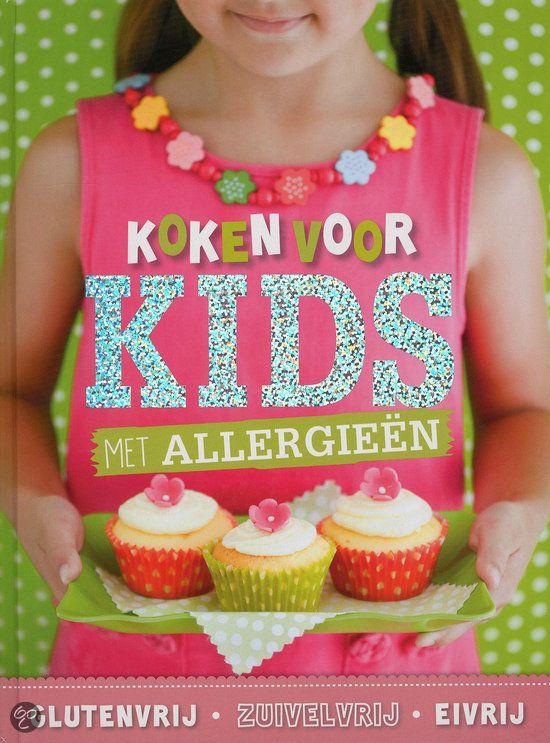 Wat een vrolijk boek is dit! Op een pagina staan één of twee recepten, waardoor het overzichtelijk is. Boven elk recept staat aangegeven of het vrij is van een of meet van de volgende zaken: gluten, tarwe, zuivel, ei of noten. Het boek is verder ingedeeld in 3 hoofdsegmenten (elk rond 60 pagina's) met als thema: glutenvrij, zuivelvrij, eivrij.   Verkrijgbaar op: http://www.bol.com/nl/p/koken-voor-kids-met-allergieen/9200000010017467/  http://www.zondermeermagazine.nl/