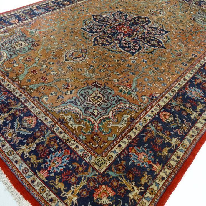 """Tabriz - 333 x 253 cm. - """"Exclusieve XL-eyecatcher in Camel/taupe - Perzisch tapijt in in mooie staat"""".  Dit is een handgeknoopt Tabriz-tapijt gemaakt van duurzame natuurlijke materialen. Imperfecties in de patronen en de vorm maken dit kleed tot een unicum en benadrukken het authentieke en ambachtelijke karakter. Tabriz is één van de oudste steden van Iran. Een Tabriz kent verschillende verschijningsvormen in de tapijten zijn vaak oude paleizen of ruïnes te zien. De meest voorkomende…"""