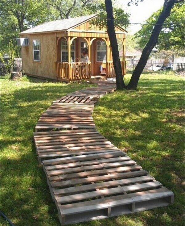 Here is a other nicely made wooden pallet walkway for your garden that is so attractive and the rustic style of the walkway is making it more lively and strengthening the look of your garden.