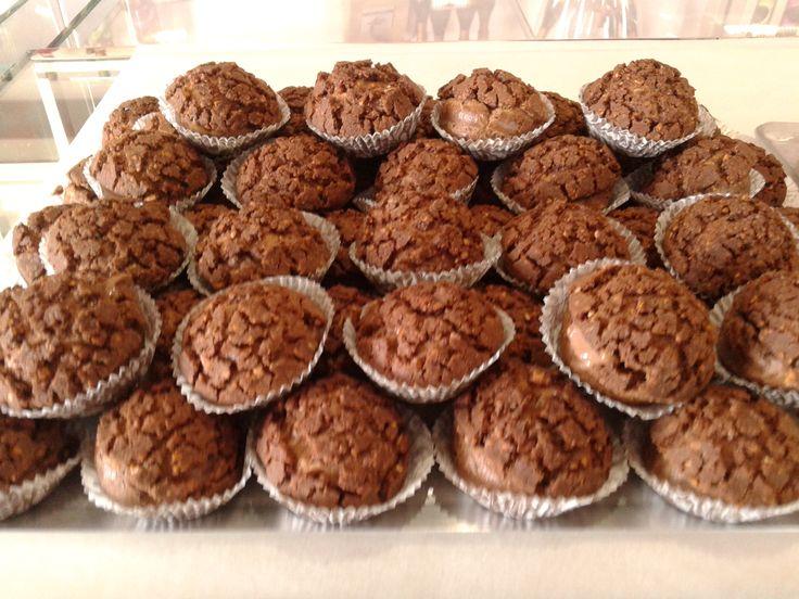 Σου γεμισμένα με κρέμα σοκολάτα, αρωματισμένη με πορτοκάλι και ρούμι, chocholate rum choux  at www.kallivroussis.gr