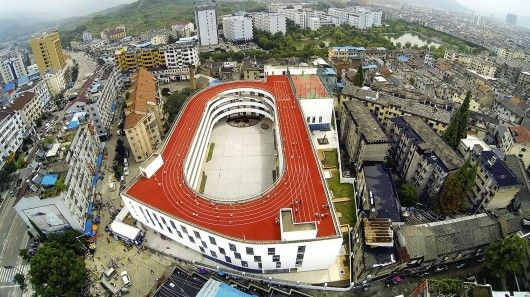 A Chinese elementary school located in Taizhou, Zhejiang has come up with an innovative way to save space by building an athletic track on its roof.