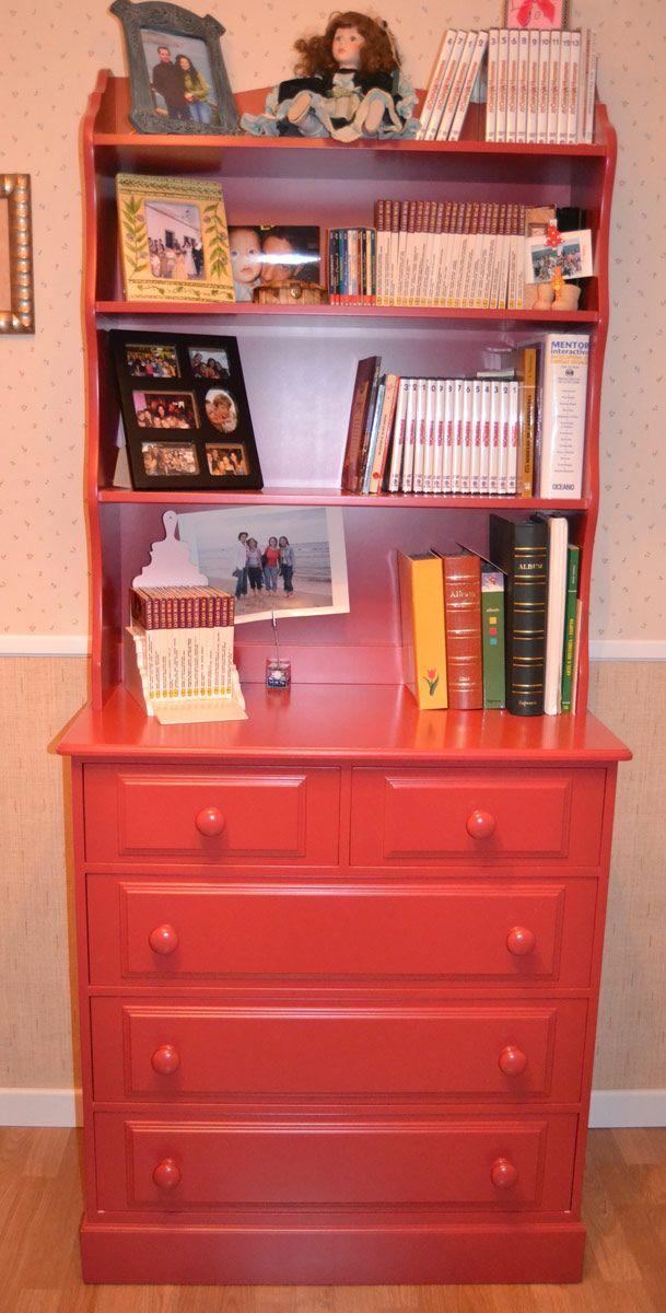 La cómoda clásica en rojo es también librería, lo que hace una pieza interesante dentro del mobiliario juvenil que puedes adquirir para el cuarto de tu hijo