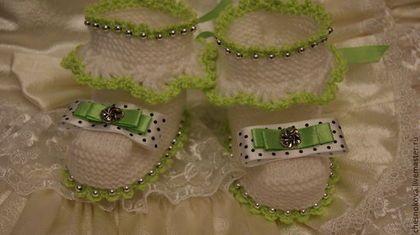 Купить или заказать Пинетки для новорожденного 'мармеладинка' в интернет-магазине на Ярмарке Мастеров. Пинетки - первые башмачки которые малыш примерит после рождения. Они не только согреют крохотные ножки теплом , но и станут украшением в сочетании с первыми нарядами. Нежные цвета , серебристые бусинки и атласные банты дополняют очаровательный образ. Для мальчиков и девочек с нежностью и любовью.