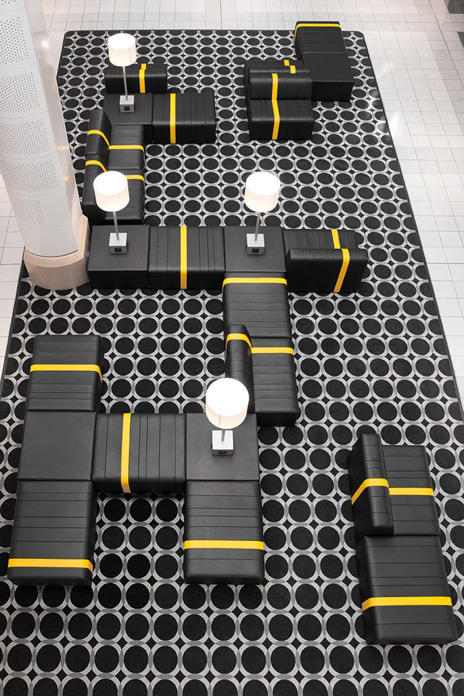 Im Begegnungsbereich eines Einkaufszentrums dient der lebhaft-gestaltete Sitzbereich nach Kundenwunsch für höchsten Komfort.