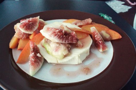 Karamellisierte Feige und Sharonfrucht (Kaki) an Weichkäse