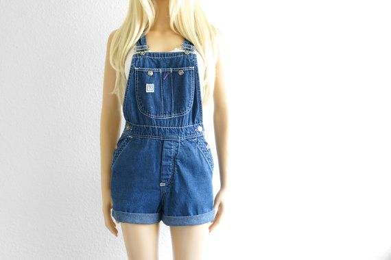 Super Cute vintage 60's Levi overalls. These vintage Levis Overalls feature pockets at the hips, 2 back pockets, 3 bib pockets and adjustable