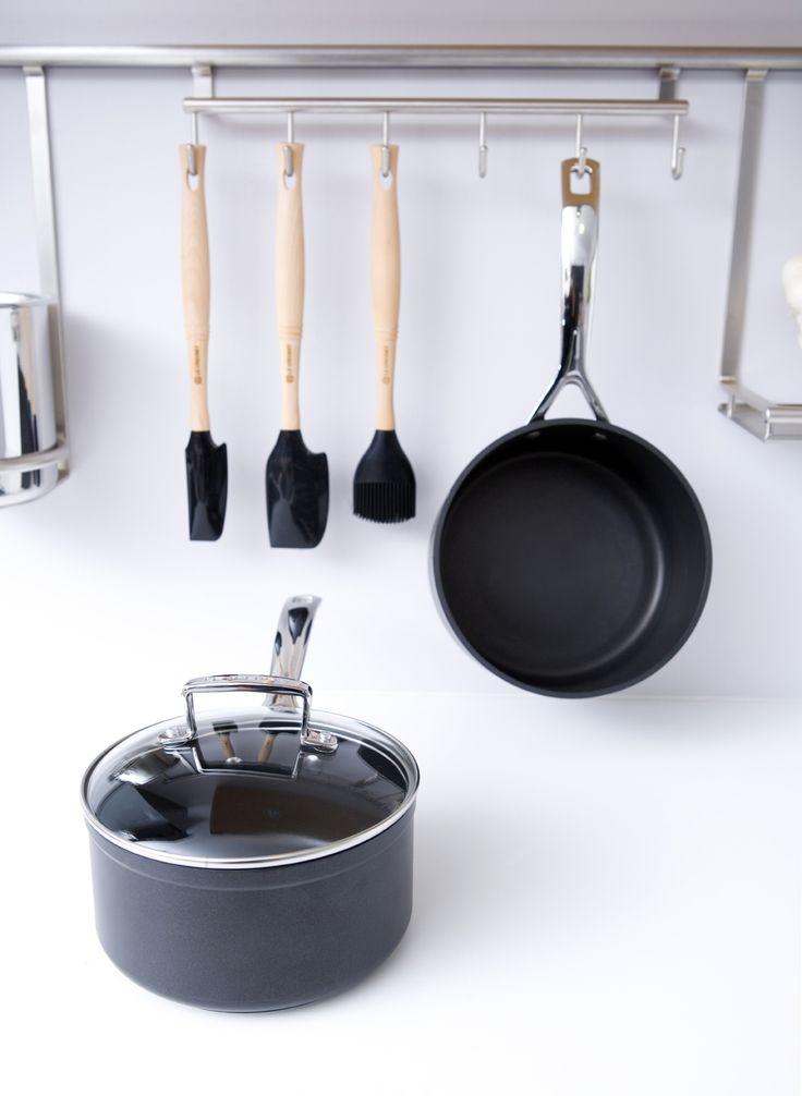 Buon pranzo a tutti! Sauté e padella alta in alluminio forgiato, Pennello Pro e spatole in silicone colore nero @LeCreusetItalia #black #nero #food #design #minimal #blackandwhite