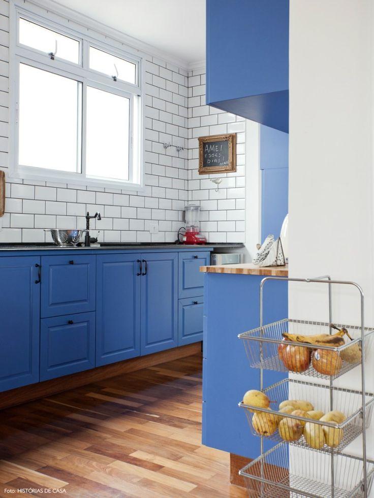 04-decoracao-cozinha-vintage-azulejo-metro  Armarios suspensos, mas vão fechado em baixo.