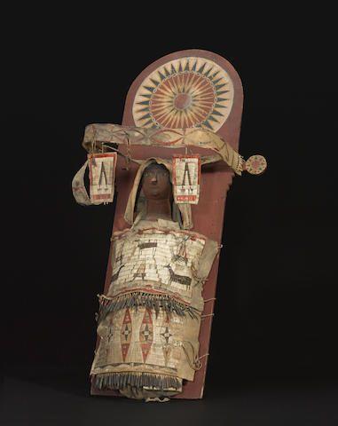 Люлька и кукла. Сиу.  Одна из очень немногих известных полноразмерных колыбелей Сиу, существовавших в первой половине 19 века. Кроме пары моделей люлек в музейных коллекциях, есть две схожих, определеных как собранные Джорджем Катлином в 1832-39 годах, когда он путешествовал среди Сиу и других западных коренных народов; и второй в музей Пибоди Эссекс в штате Массачусетс, приобретена в 1949 году. Вид один.