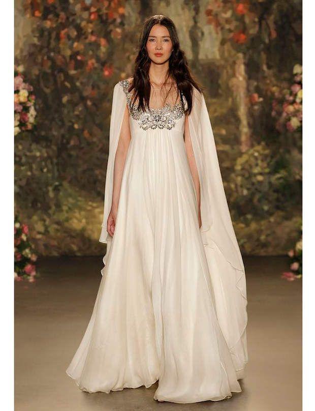 Entrez dans la féérie...Avec Jenny Packham, la féérie nuptiale ressemble à une pièce antique grecque. S'inspirant pour sa collection 2016 des personnages de la pièce shakespearienne Songe d'une nuit d'été, la créatrice dévoile une robe de mariée évasée avec une mousseline de soie à l'effet drapé. Des broderies fines ornent le décolleté et les épaules. Le petit plus: le voile dans le dos pour rappeler que cette robe Titania ne porte pas le nom d'une fée pour…