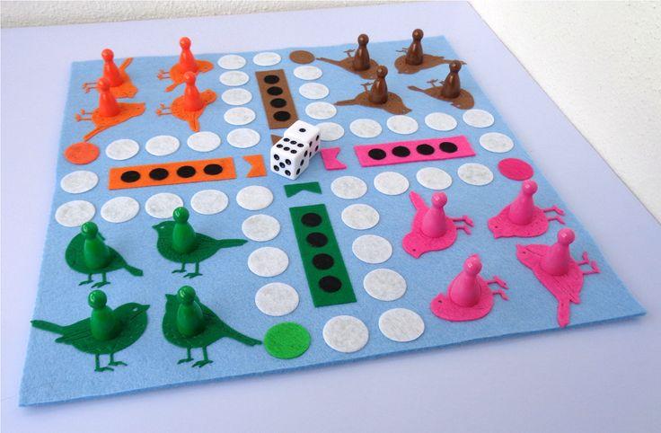 Člověče,+nezlob+se+-+ptáčci+Velmi+oblíbená+hra+vyrobena+z+filcu,+základ+je+z+3mm+plsti,+na+něm+jsou+připevněny+filcové+aplikace.+Herní+deska+je+velká+27x27+cm.+Hra+obsahuje+4ks+plastových+pajduláků+z+každé+barvy+z+herní+desky+(16+ks)+a+2ks+bílých+kostek+dodávané+v+pytlíčku.