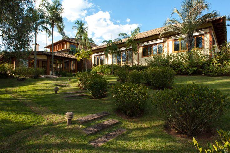 Es müssen nicht immer kubische Flachdachbauten mit riesigen Glasfronten sein. Hier kommen acht rustikale, gemütliche Landhäuser zum Verlieben.