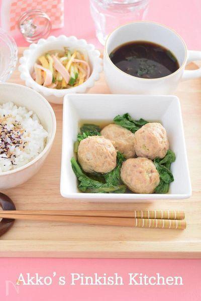 心温まる煮物のひとつです。少~し甘めの味付けをすることで驚くほど小松菜が食べやすくなります。鶏だんごと煮汁の甘さがちょうど半々の絶妙な味付けも魅力の1品。お弁当のおかずにもどうぞ!ちなみに、カップに入っているのは、『めかぶのお味噌汁』なんですよ~♪三重県は伊勢鳥羽で覚えたお味噌汁です♪