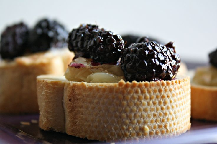 Roasted Blackberry and Brie Bruschetta- good for a party!: Roasted Blackberries, App Parties Food, Brie Bruschetta Yum, Bruschetta Appetizers, Bruschetta Recipe, App Condiment Drinks Snacks, Brie Bruschtta, Blackberries Bruschetta, Blackberries Brie
