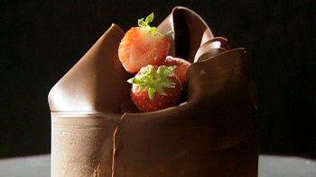 Sjokoladeekspert Sverre Sætre viser  hvordan han lager sjokolademousse. Han lager en veldig stor porsjon.. Men vanligvis holder det med en oppskriften til fire.